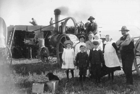 4027P Tom Falconer's Threshing Mill at harvest time, Waitaki District Archive