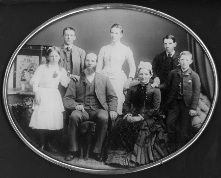 William Bee and family, Collection of Waitaki District Archive 6155